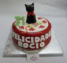 Rocío cumple 31 años y su novio nos ha encargado elaborar esta divertida tarta en fondant con la mascota favorita de su chica; su gato. Sorprende a tu chica con una tarta en fondant y el modelado de lo que más quiere en el mundo (después de ti, claro). ¡Llámanos al 616849394 y haremos esa tarta realidad, tenemos el mejor precio de Málaga! www.depaulapasteleria.blogspot.com www.facebook.com/panaderiadeliziasdepaula www.tartasmalaga.net www.instagram.com/tartasmalaga