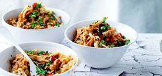 Gebakken rijst is altijd lekkerder dan left-over rijst. Kook extra veel rijst opeen andere dag van de week, bij een ander gerecht en gebruik de rest in deze Koreaanse wokschotel. koreaans gebakken rijst met gegrilde kip hoofdgerecht |4 personen 100 ml arachide–olie 2 eieren, geklutst 1 gegrilde kip*, in reepjes getrokken 1 milde rode peper,...