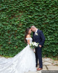 Wedding photography in front of ivy wall, classic wedding photo inspiration