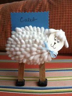 This little lamb craft makes a cute Easter place name holder for your dinner. Its body is made out of cotton swabs!