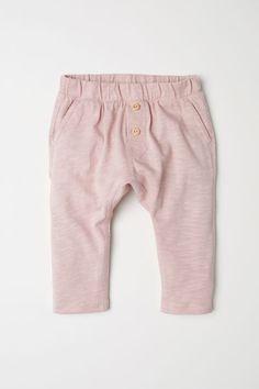 BABY EXCLUSIVE/CONSCIOUS. Hose aus weichem, geflammtem Bio-Baumwolljersey. Die Hose hat einen elastischen Bund, Zierknöpfe vorn und seitliche Taschen. – Unter hm.com gibt's noch viel mehr.
