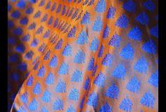 Ceci est une belle benarse pur brocart de soie tissu motif floral en orange et bleu. Le tissu tissé illustrent petite laisse motifs.  Vous pouvez utiliser ce tissu pour faire des robes, des tops,...