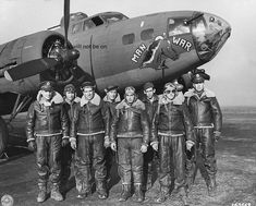 The crew of an American bomber 'Man O War' (serial number Bombardment Squadron Bomb Squadron) of the Bomb Group Bomb Group) of the Air Force in the background of his plane in UK Aircraft Photos, Ww2 Aircraft, Military Aircraft, Nose Art, Focke Wulf, Ww2 Pictures, Aircraft Painting, Ww2 Planes, War Machine