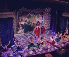 Situé au pied de la butte Montmartre, le cabaret La Nouvelle Eve, est l'un des plus anciens et des plus élégants théâtres de revue de Paris.