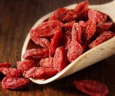 Goji berries are one of the great superfoods. Easy to buy Goji berries are packed full of antioxidants and beta-carotene which is great for the skin and eyes. Goji berries are usually bought dried but they rehydrate easily so are perfect on muesli. See pi Healthy Food Options, Healthy Recipes, Healthy Foods, Benefits Of Berries, Catrinel Menghia, Benefits Of Organic Food, Health Benefits, Goji, Fiber Rich Foods