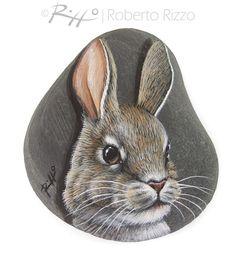 J'ai peint une tête de ce lapin sur un galet plat de la mer, une excellente idée de cadeau pour vous tous, amoureux de la Nature ! Mes galets sont des pièces uniques de l'art. Je peins tous les sur les rochers de la mer lisse avec des couleurs acryliques de haute qualité et très