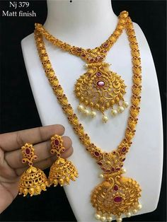 Gold Temple Jewellery, Indian Wedding Jewelry, Gold Jewelry, Gold Earrings Designs, Necklace Designs, Jewelry Model, Fashion Jewelry, Jewelry Design, Jewels