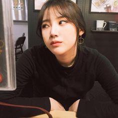 hyanggggg_ uploaded by shz on We Heart It Korean Girl, Asian Girl, Black Hair Aesthetic, Korean Picture, Caramel Hair, Gray Eyes, Grunge Girl, Ulzzang Girl, Korean Beauty