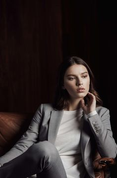 Reiss Editorial Home Portrait Photography Poses, Photography Poses Women, Portrait Poses, Editorial Photography, Corporate Portrait, Business Portrait, Best Photo Poses, Office Fashion Women, Mode Outfits