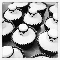 des mini-cakes soldats impériaux pour le côté gourmand de la fête, idée pour organiser un bon anniversaire stars wars