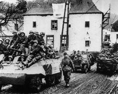 Au cours de la bataille des Ardennes, une unité de chars allemands se déplace à travers un village dans la région de Hohe Venn, près de Malmedy (Belgique), le 6 janvier 1945 During the Battle of the Bulge, a German tank unit moves through a village in the Hohe Venn region, near Malmedy, Belgium, on January 6, 1945