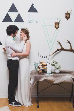 Hëllø DA pour le shooting des robes La Promise. RDV sur www.hello-hello.fr. //Papeterie par Mister M Studio / Fleurs par Madame Artisan Fleuriste / Crédit Photo : Fleur de Sucre http://www.fleurdesucre.com #wedding #mariage #scandinave #scandinavian #inspirationscandinave #gypsophile #paperstraw #blackandwhite #black #white #mint  #antler #cerf #donuts #maskingtape #caketopper #geometric #vase #diadora #lapromise #noeudpapillon #couronne #flowers #anemones #bride #groom #backdrop #tricotin