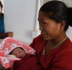 8 mars 2013: Lilla Evangelie föddes den 23 november 2012 i byn Gopetar långt upp i bergen i östra Nepal. Hon kom till världen genom en ganska enkel förlossning. Detta mycket tack vare en nationell plan som UNICEF varit med och tagit fram för att motverka bland annat att kvinnor dör i barnsäng.