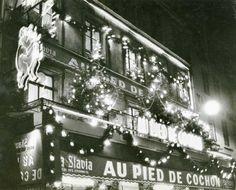 """""""Au Pied de Cochon"""", un des restaurants les plus célèbres de la rue Coquillière, vers 1960."""