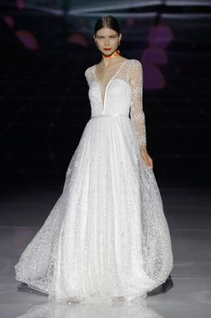 Discover the numerous textures and sophisticated details in the new collection of wedding dresses Marylise by Rembo Styling White Wedding Gowns, V Neck Wedding Dress, Best Wedding Dresses, Bridal Dresses, Rembo Styling, Bridal Fashion Week, Elegant, Her Style, Fashion Show