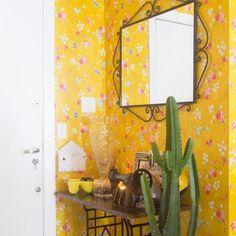 Entrada em grande estilo! no apê da @nocedanielle o papel de parede amarelão recebe as visitas... vai dizer que não te inspira a fazer uma escolha ousada assim também? nós amamos!