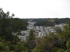 現在は閉鎖されたたかばべ園地へ向かう小径から見える太地町の町並み。  狭くて急な上り坂のため、園地まで登るのは大変でした。