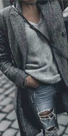 Monja W + grey overcoat + gorgeous knitted V neck + heavily ripped denim jeans + glittery choker + leather handbag. Coat: Superdry. Spring Looks.
