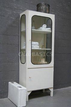 Stoere ijzeren apothekerskast. Om het glas zitten zwarte rubberen randen. Onderin achter het deurtje zit een legplank. Ook leuk voor in de badkamer! Webshop: WWW.OLD-BASICS.NL voor vintage, industrieel brocante en landelijke meubels!