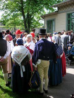 Halland. Medlemmar ur hembygdsföreningen Gamla Varberg som bär folkdräkt vid midsommarfirande i Varberg 19 juni 2009.