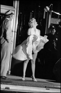 Marilyn Monroe on the set of 'The Seven Year Itch', New York, 1954 [Picture credit: Elliott Erwitt/Magnum Photos] Joe Dimaggio, Classic Hollywood, Old Hollywood, Hollywood Glamour, Hollywood Icons, Hollywood Stars, Hollywood Actresses, 7 Year Itch, Marilyn Monroe Fotos