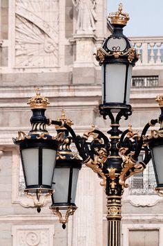 Esta farola identifica el entorno del Palacio Real y de la Catedral de la Almudena de Madrid a dos pasos del Museo