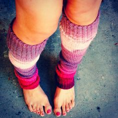 In love with leg warmers Knit In The Round, Pink Hair, Leg Warmers, Knitting, Handmade, Crafts, Design, Fashion, Rose Hair Color