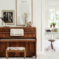Pianino wspomnień...♡ via ilobahie.blogspot.com #pianino #paris #paryż #mapa #grafika #wnętrze #interior #taboret #wazon #kwiaty #matrioszka #vintage #nuty #instrument #muzyka
