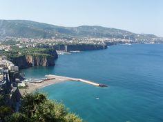 La penisola di Sorrento è un'area molto turistica e da sempre è meta di viaggiatori da tutto il mondo per lo splendido mare, per la magnificenza della sua costa e per il suo clima mite.