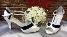 Sandalias en blanco roto combinado con azul marino. Este modelo es muy cómodo, al no tener tiras a los lados no se clava nada, y al llevar pulsera da más seguridad.