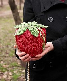 """Handbag """"Strawberry"""" is made of satin cord, decorated with Japanese beads. Macrame Purse, Macrame Dress, Macrame Knots, Macrame Jewelry, Macrame Necklace, Macrame Projects, Crochet Projects, Micro Macramé, Crochet Stitches Patterns"""