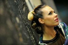 Visual Fashionist: Capelli biondi con ricrescita nera come Ilary Blasi, in o out?