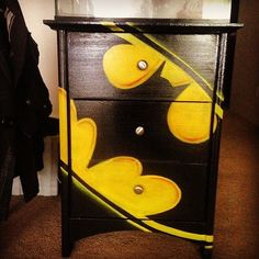 Batman chest of drawers for the superhero room Batman . Painted Furniture, Diy Furniture, Batman Bedroom, Batman Nursery, Nananana Batman, Deco Kids, Superhero Room, Im Batman, Child Room