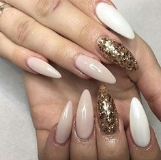 Εικόνα μέσω We Heart It https://weheartit.com/entry/157567392 #acrylic #glitter #gold #nails #peachy #white