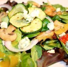 Ensalada templada de verduras con queso azul y salsa de mostaza y miel