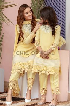 Beautiful Pakistani Dresses, Pakistani Dresses Casual, Indian Gowns Dresses, Pakistani Dress Design, 15 Dresses, Mom Daughter Matching Outfits, Mommy Daughter Dresses, Mother Daughter Fashion, Fancy Dress Design