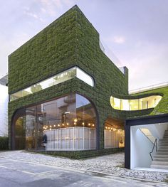 Architects Minsuk Cho and Kisu Park of Mass Studies designed this flora-clad multi-level building to house Belgian fashion designer Ann Demeulemeester's store in Seoul, South Korea. Read more: Foliage Covered Botanical Building by Mass Studies Architecture Durable, Architecture Cool, Sustainable Architecture, Sustainable Design, Sustainable Energy, Residential Architecture, What Is Green, Green Facade, Facade Design