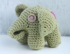 Un elefantino a uncinetto con una toppa a cuore sul didietro. In questa foto non si vede ma se andate a vedere sul blog di LittleZhandmde potrete ammirarlo in ogni sua angolazione. ...
