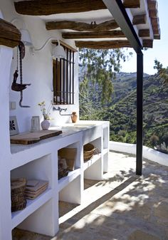 Outdoor kitchens are the perfect way to enhance patios, yards and outdoor spaces. Most homeowners also consider paradise outdoor. Outdoor Kitchen Patio, Outdoor Kitchen Design, Rustic Kitchen, Kitchen Decor, Rustic Outdoor Kitchens, Style At Home, Interior Design Minimalist, Concrete Kitchen, Home Fashion
