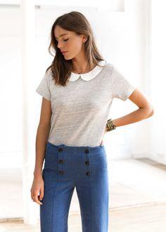 Tee-shirt sage en coton souple avec col claudine contrasté, sa longueur est de 65cm pour une taille S