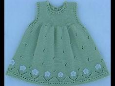 Vestido para niña, tejido con dos agплаььн Платье для девоски ujas, calado, con aplicaciones de flores tejidas a crochet, en el ruedo. Knit Baby Dress, Knitted Baby Clothes, Baby Cardigan, Diy Crafts Knitting, Knitting For Kids, Baby Dress Patterns, Baby Knitting Patterns, Diy Dress, Baby Girl Dresses