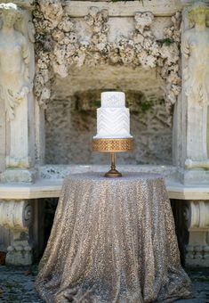 Great Gatsby 1920s inspired wedding cake via styleunveiled.com | Visit wedding-venues.co.uk