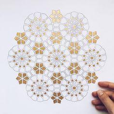 haydar ergülen-gurbet kuşları(eser gökay) 'Kederliyim, gölgesinin terk ettiği bir kasaba kadar yorgunum. Kanatları, gurbette bir güvercin gibiyim.' Islamic Art Pattern, Arabic Pattern, Persian Pattern, Geometry Pattern, Geometry Art, Pattern Drawing, Pattern Art, Pattern Design, Motif Oriental