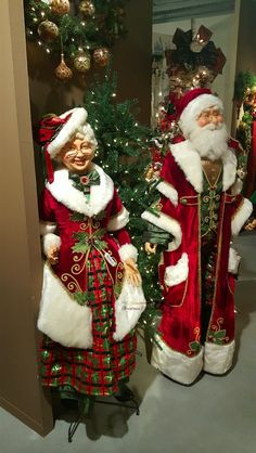 Creating The Right Theme This Season. Cool Christmas Trees, Christmas Couple, Father Christmas, Santa Christmas, Christmas Carol, White Christmas, Christmas Wreaths, Christmas Crafts, Christmas Decorations Online