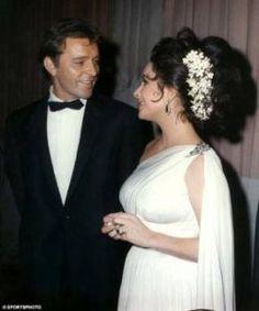 Liz Taylor y Richard Burton, a finales de los 60. Liz con un recogido de flores y con pendientes y anillo de esmeraldas que le regaló Burton.