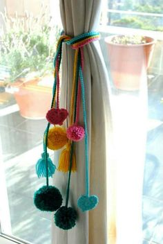 Colourful curtain ties with pompoms Pom Pom Crafts, Yarn Crafts, Home Crafts, Diy And Crafts, Diy Curtains, Pom Pom Curtains, Diy Décoration, Diy Room Decor, Diy Projects