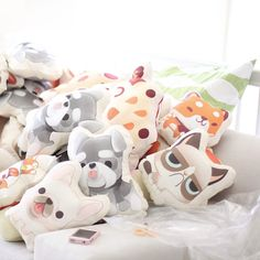Cute Pillows for you or your kids room. You just gotta love them - the pillows , they are AWESOME ! The very talent artist Elda The have made a series af pillows, they are so cute and a MUST HAVE for the ultimate pet lover.