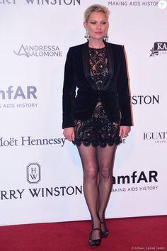 Kate Moss cobriu o vestido rendado Marc Jacobs com blazer, não deixando claro o uso de sutiã na produção