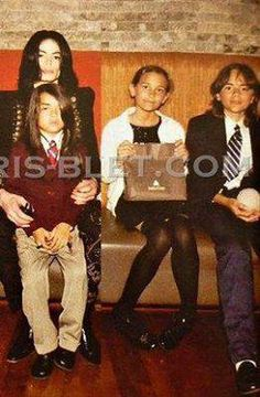 possibly the final picture of Michael and his children - taken in May 2009