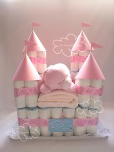 Diaper cake diaper castle is one of a kind from MiPequenaNube in Da Kinderzimmer Ri .- Windelkuchen Windelburg ein Unikat von MiPequenaNube in Da Kinderzimmer Ri… Diaper cake diaper castle unique by MiPequenaNube … - Baby Shower Crafts, Baby Shower Fun, Baby Crafts, Baby Shower Themes, Shower Gifts, Baby Shower Baskets, Baby Hamper, Baby Shower Diapers, Idee Cadeau Baby Shower